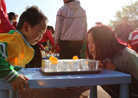 广州萝岗区南方中英文幼儿园2015年庆元旦亲子运动会 12月30日,我校幼儿园庆元旦亲子运动会在广州市萝岗区南方中英文学校操场举行,运动会分为开幕式、集体表演、亲子游戏三项。我园根据幼儿的年龄特点,特别设计了运雪球、运小猪、投球进篓、亲子二人三足、亲子跳绳、揪尾巴等十多种孩子们喜爱的亲子运动,让他们在快乐运动中,享受亲子互动的美好时光。 亲子运动会是广州南方中英文幼儿园每年的传统项目之一,展示的不仅仅是运动的精彩,同时让孩子在玩耍的运动中锻炼身体。本次亲子运动会采用了互动游戏、家