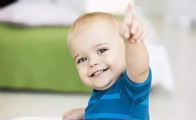 1.认真对待孩子的要求 当孩子在客厅站着满怀期望地提出:妈妈,我要喝牛奶。你在厨房做饭一时不能满足他,告诉他具体时间:妈妈把米饭蒸上,就去给你拿,好吗?经常忽视宝宝的需要,会让他因不被重视而失去信心。 2.给孩子自己做选择的机会 周末带孩子出游,征求他的意见,但不要问你想去哪里,而是这样问你想去动物园还是博物馆,给他选择的范围,让他自己做出选择,会增添对自己的信心。 3.